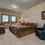 Couloir middle floor bedroom with king